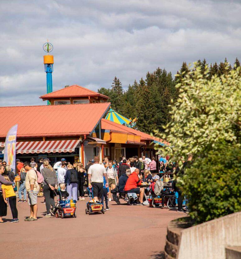 Folkmassa inne på Leksand Sommarland