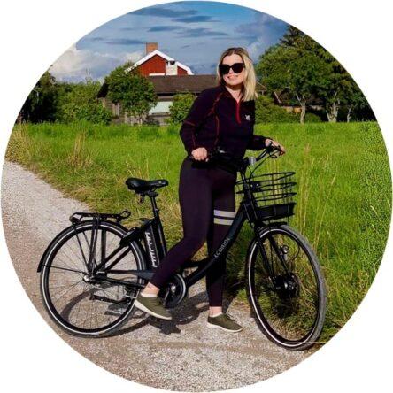En kvinna med en elcykel